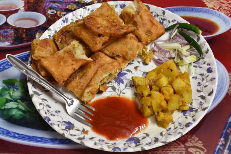 Mughlai-paratha ist eine populäre Bengalistraßennahrung, ein weiches gebratenes Brot, das durch ein Anfüllen von keema erhöht wer lizenzfreie stockfotos