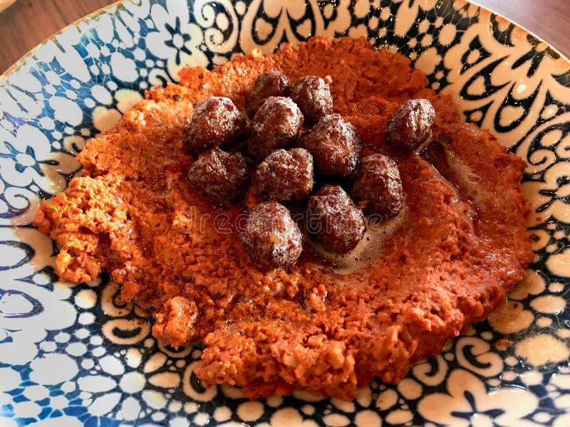 Muhammara met Vleesballetjes Traditionele Arabische of Van het Middenoosten Onderdompeling en Antiochië stock foto's