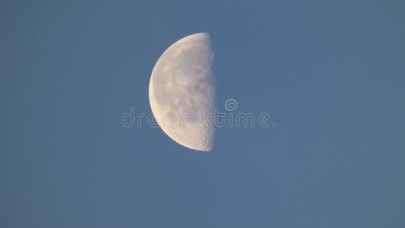 Muhn della luna nel suo ultimo trimestre come si dirige verso la nuova luna 5 immagine stock
