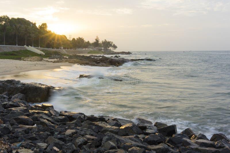 Mui Ne-strand, Vietnam, een mooi strand met lange kustlijn, zilveren zand en reusachtige golven, in een vroege ochtend royalty-vrije stock foto's