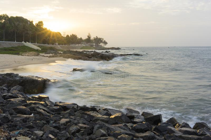 Mui Ne strand, Vietnam, en härlig strand med den långa kustlinjen, silversand och enorma vågor, i en otta royaltyfria foton