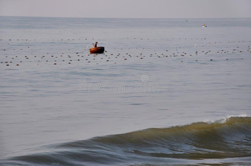 Vietnamesisches Fischerfischen in Mui Ne, Vietnam lizenzfreie stockfotografie
