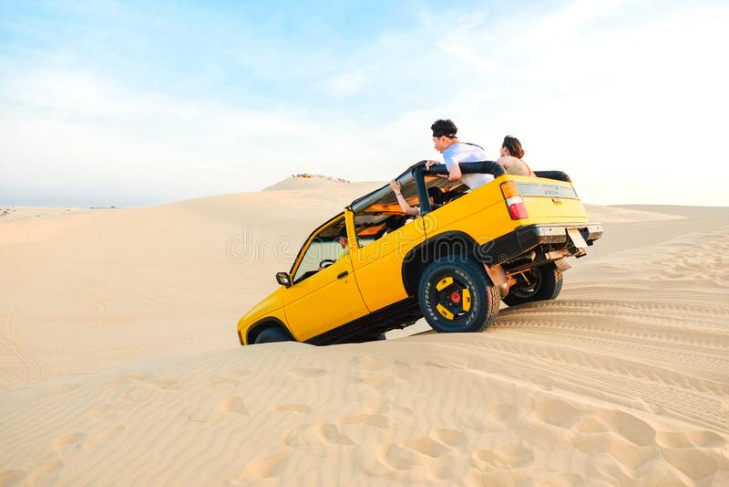 Mui Ne, Vietnam - 1 de mayo de 2018: Del vehículo del coche del camino en el desierto blanco de la duna de arena en Mui Ne imagenes de archivo