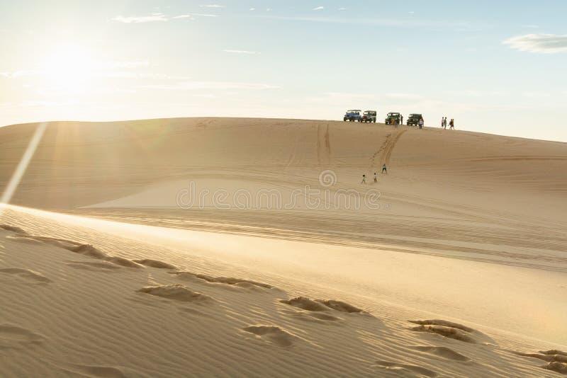 Mui Ne, Vietnam - Juni 2019: Personen, die in den Dünen der weißen Sanddünen der Bau Trang Geländewagen fahren lizenzfreie stockfotos