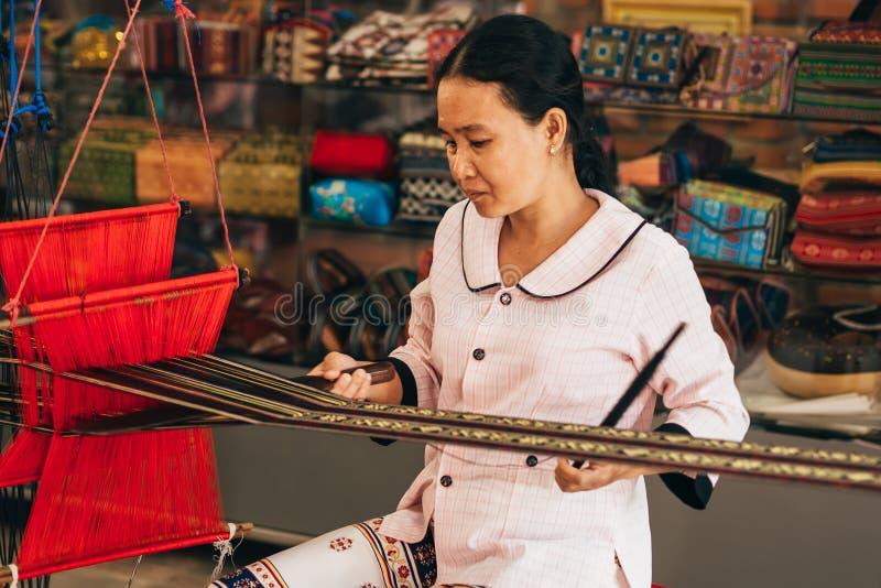 MUI-NE, VIETNAM - MAART 6, 2017: Vrouwen Aziatische wever die aan een traditioneel weefgetouw voor garenzijde werken royalty-vrije stock fotografie