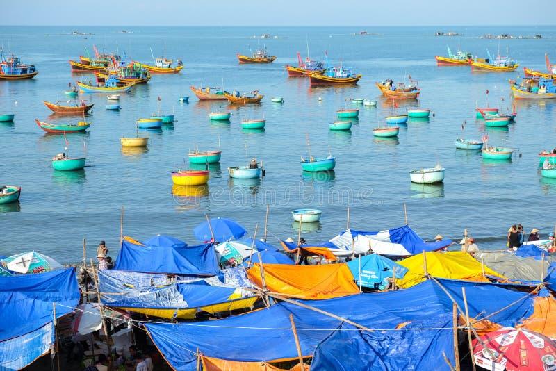 Mui Ne Vietnam - Maj 1, 2018: Många traditionellt vietnamesiskt fartyg i korgen som formas på fiskeläget i Mui Ne, Vietnam, arkivfoton