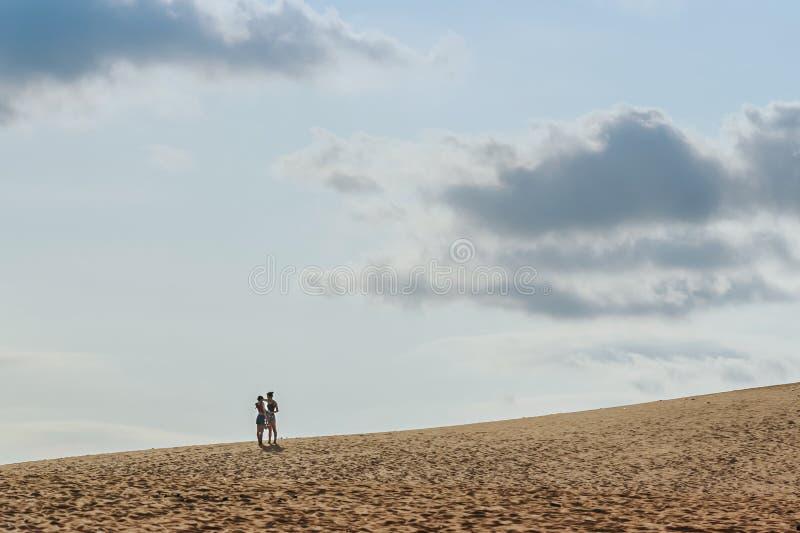 MUI NE WIETNAM, KWIECIEŃ, - 25: Niezidentyfikowani turyści relaksują fotografie na Kwietniu 25,2019 i biorą przy Czerwoną piasek  zdjęcie stock