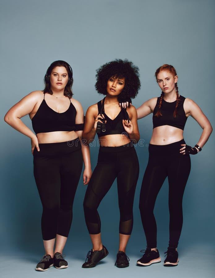 Muilt-etnische vrouwen in sportkleding stock foto's