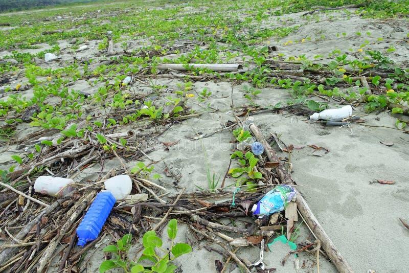 MUISNE,厄瓜多尔06日2017年:使与garvage和垃圾的污染靠岸在造成对环境的海滩损伤  图库摄影