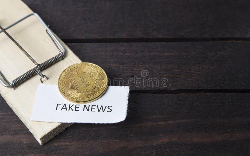 Muisval, bitcoin en het woord: vals nieuws stock fotografie