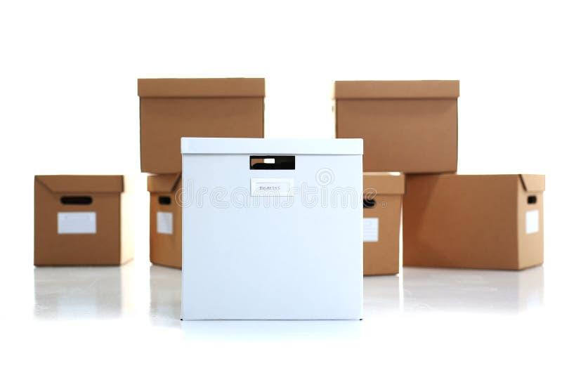 Muita caixa da caixa da cor de kraft isolada no fundo branco imagens de stock royalty free