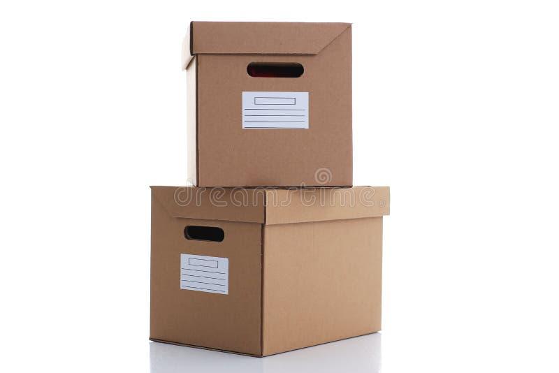 Muita caixa da caixa da cor de kraft isolada no fundo branco imagem de stock