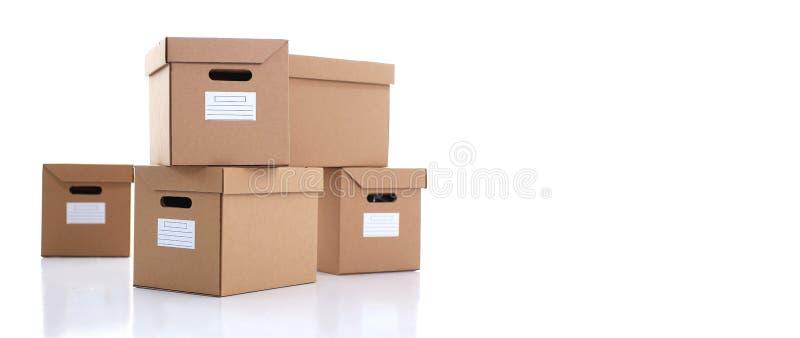 Muita caixa da caixa da cor de kraft isolada no fundo branco foto de stock