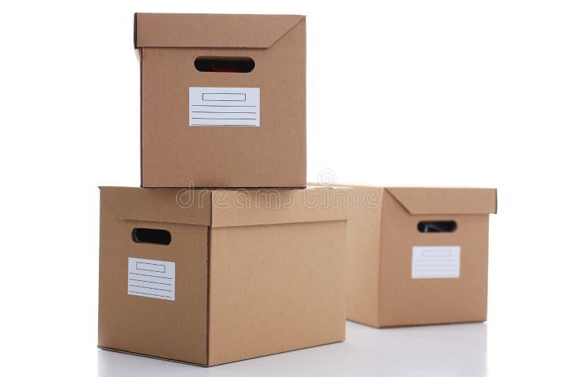 Muita caixa da caixa da cor de kraft isolada no fundo branco fotografia de stock