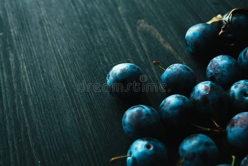 Muitas ameixas frescas no fim preto do fundo acima imagens de stock royalty free