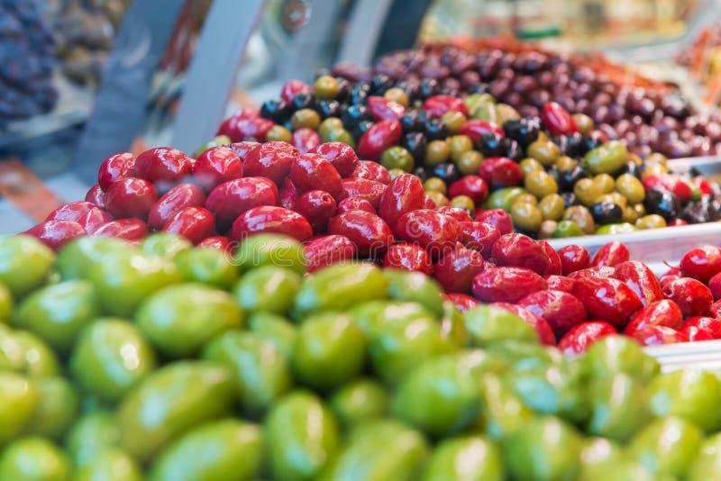 Muitas azeitonas verdes, vermelhas e misturadas frescas foto de stock royalty free