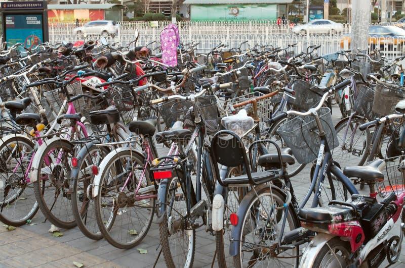 Muitas bicicletas em um estacionamento no Pequim imagens de stock royalty free