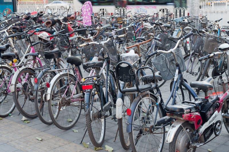Muitas bicicletas em um estacionamento no Pequim foto de stock