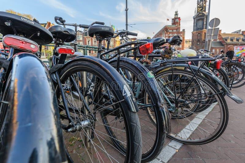 Muitas bicicletas em um estacionamento t?pico da bicicleta de Amsterd?o imagens de stock royalty free