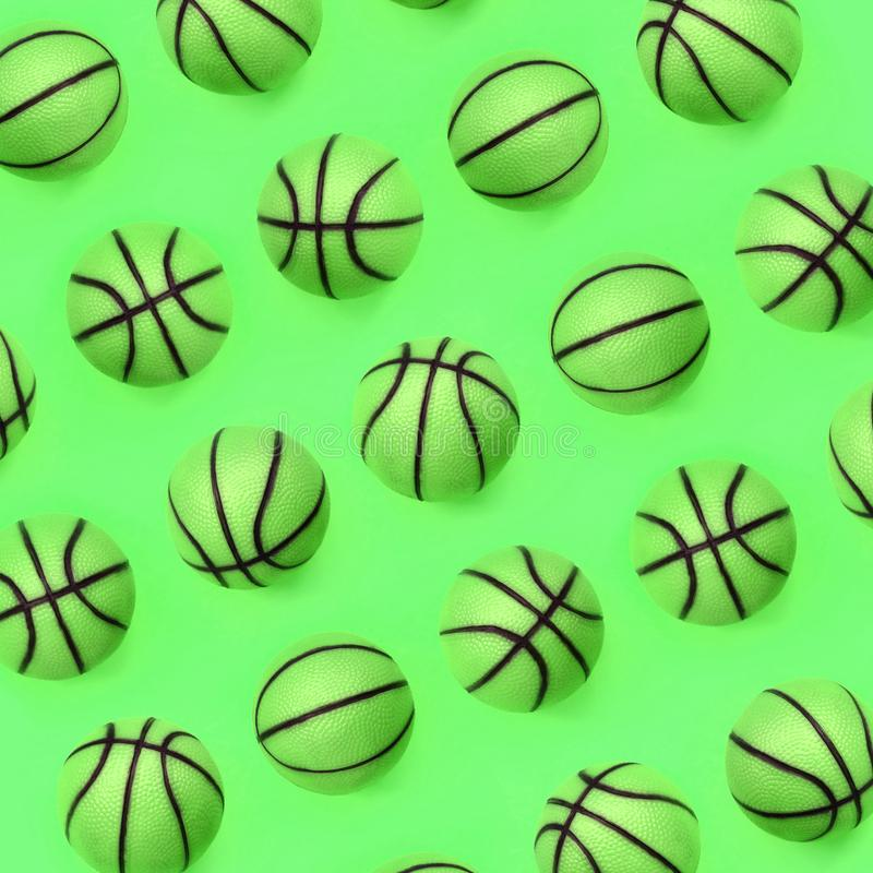 Muitas bolas verdes pequenas para o jogo do esporte do basquetebol encontram-se no fundo da textura imagem de stock royalty free