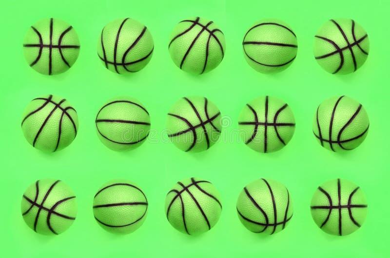 Muitas bolas verdes pequenas para o jogo do esporte do basquetebol encontram-se no fundo da textura fotografia de stock royalty free