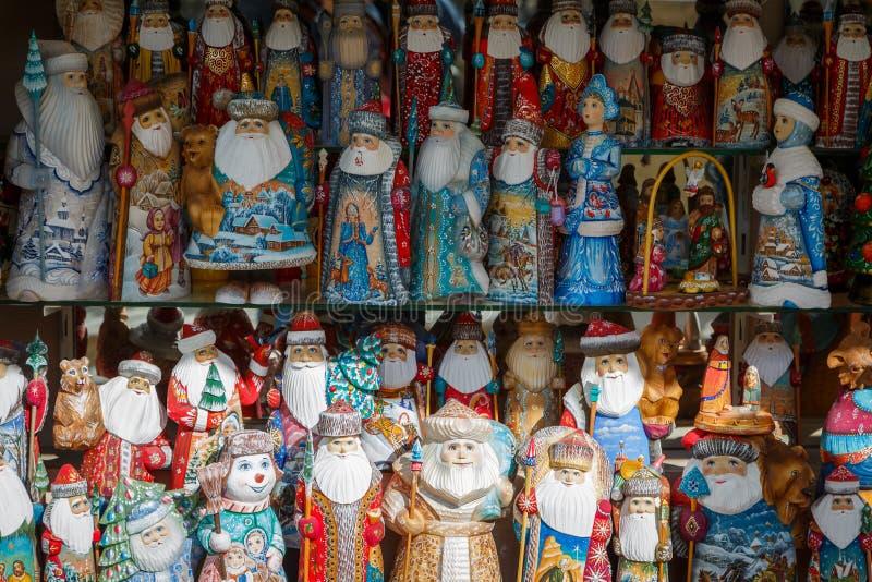 Muitas bonecas coloridas do russo - Santa Clauses, donzelas da neve, snowmens está na prateleira na loja em antecipação ao tou es imagens de stock
