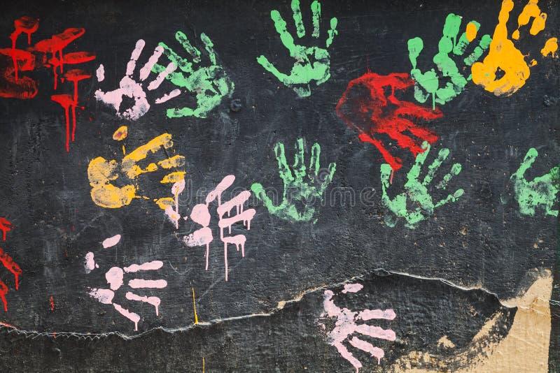 Muitas cópias coloridas da palma no muro de cimento foto de stock royalty free