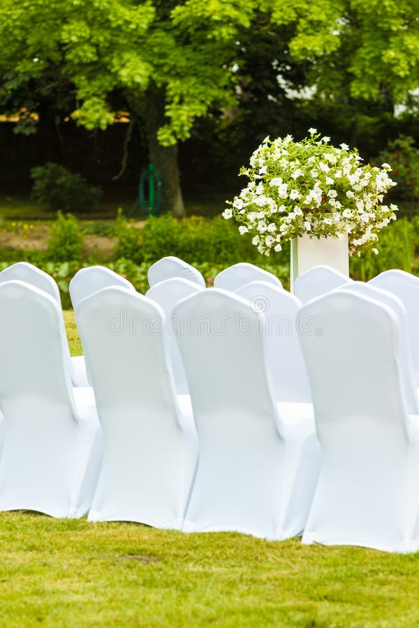 Muitas cadeiras do casamento com tampas elegantes brancas imagens de stock