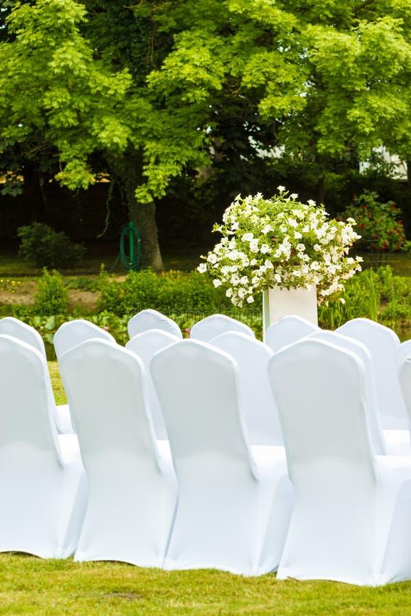 Muitas cadeiras do casamento com tampas elegantes brancas fotos de stock