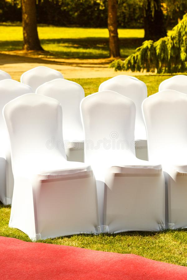 Muitas cadeiras do casamento com tampas elegantes brancas foto de stock royalty free