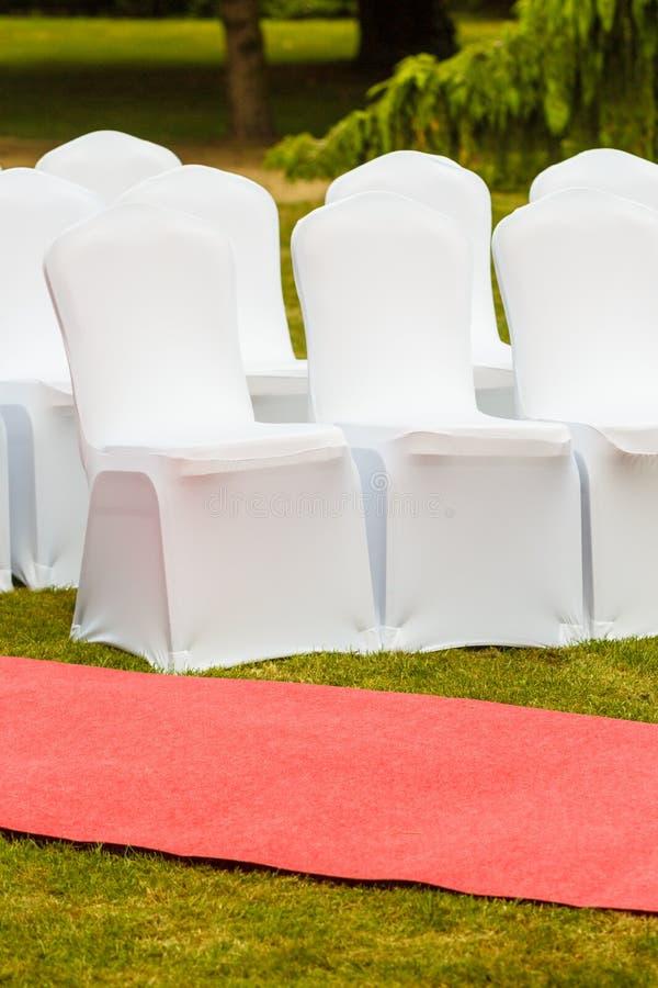 Muitas cadeiras do casamento com tampas elegantes brancas fotos de stock royalty free