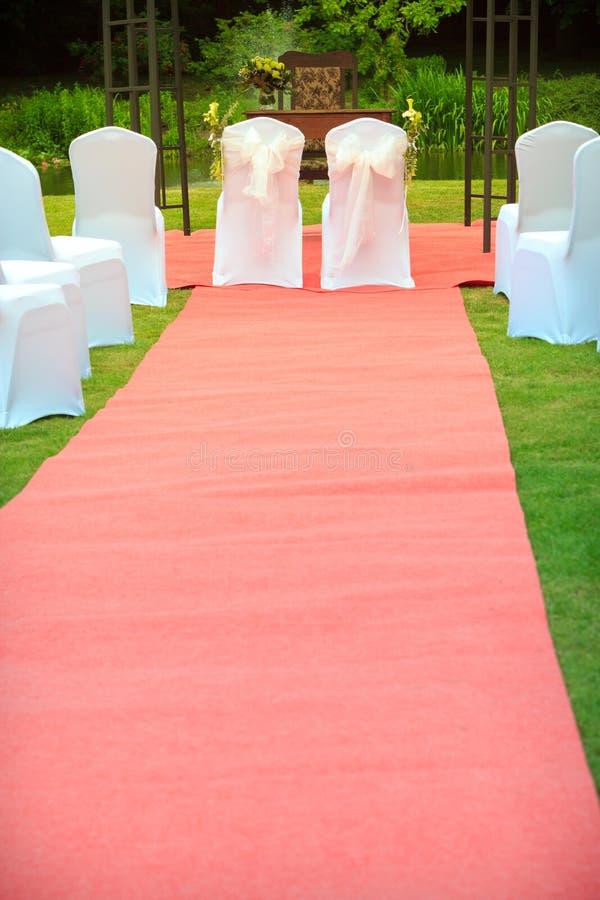 Muitas cadeiras do casamento com tampas elegantes brancas imagem de stock