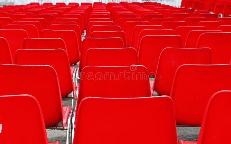 Muitas cadeiras do plástico fotografia de stock royalty free