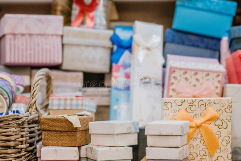 Muitas caixas de presentes na loja de hobby Apresenta caixa de presentes Coleção no estilo vintage, rustic, diy fotos de stock