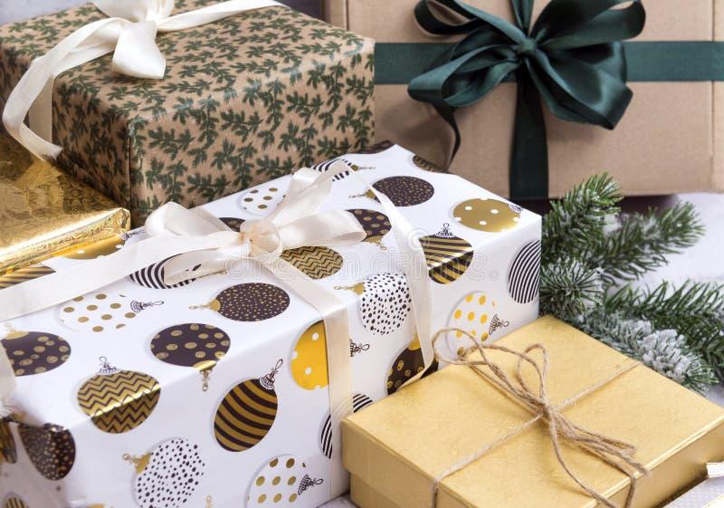 Muitas caixas no empacotamento do presente, no Natal e nos presentes do ano novo fotografia de stock royalty free