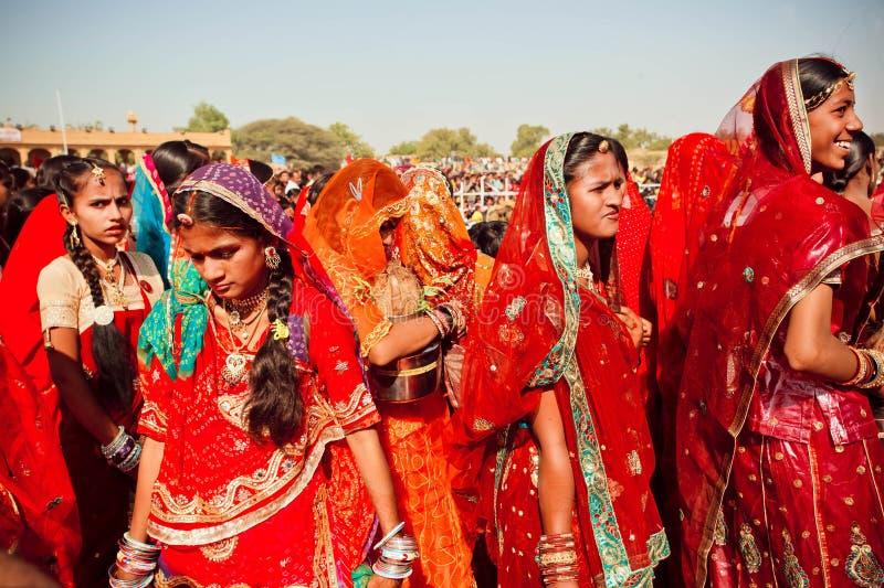 Muitas caras de mulheres indianas na multidão colorida fotografia de stock royalty free