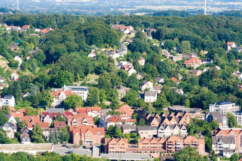Muitas casas em um monte entre árvores População densa na cidade Uma foto tomada de uma opinião de olho de pássaro fotos de stock royalty free
