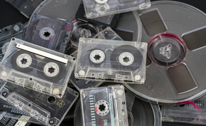 Muitas cassetes áudio e cassetes áudio diferentes em carretéis imagem de stock