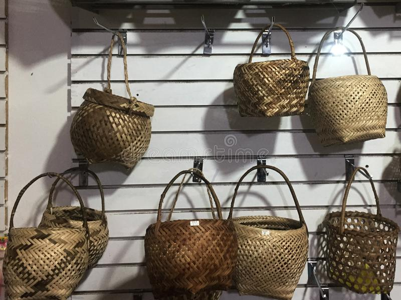 Muitas cestas de vime nos formulários diferentes que são para a venda em uma loja foto de stock royalty free