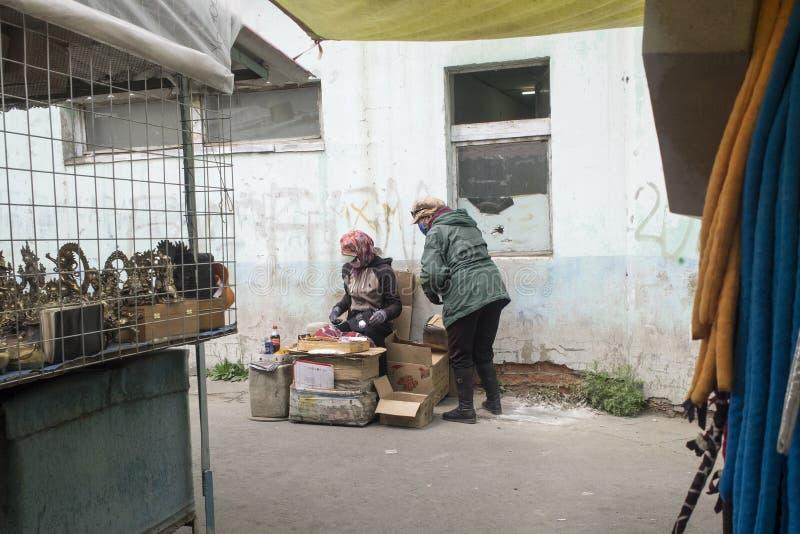 Muitas coisas a comprar no mercado negro em Ulaanbaatar em Mongolie foto de stock royalty free
