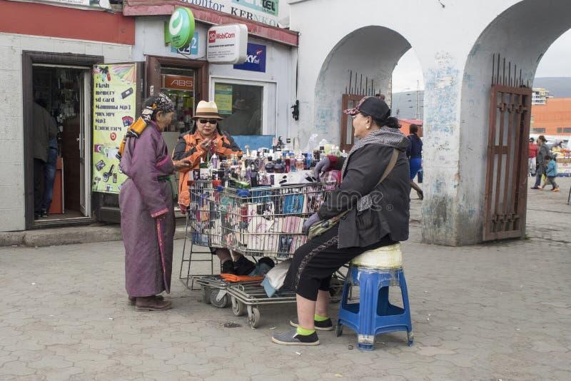 Muitas coisas a comprar no mercado negro em Ulaanbaatar em Mongolie foto de stock