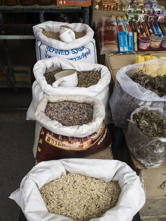 Muitas coisas a comprar no mercado negro em Ulaanbaatar em Mongolie imagens de stock