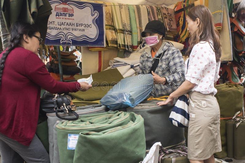 Muitas coisas a comprar no mercado negro em Ulaanbaatar em Mongolie imagens de stock royalty free