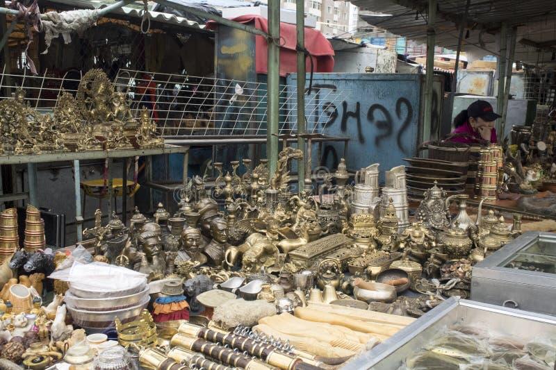 Muitas coisas a comprar no mercado negro em Ulaanbaatar em Mongolie fotos de stock royalty free