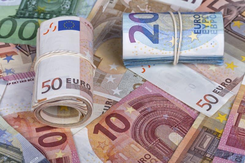 Muitas contas do euro alguns deles rolaram acima fotografia de stock