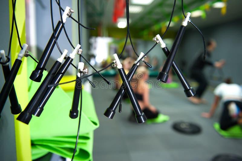 Muitas cordas de salto pretas do salto que penduram no gym para a aptidão e o CrossFit imagem de stock