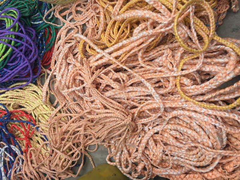 Muitas cordas diferentes, linhas todas jogadas em uma pilha desarrumado imagem de stock