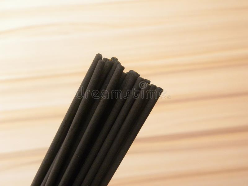 Muitas cores pretas madeira fina Incense paus imagem de stock royalty free