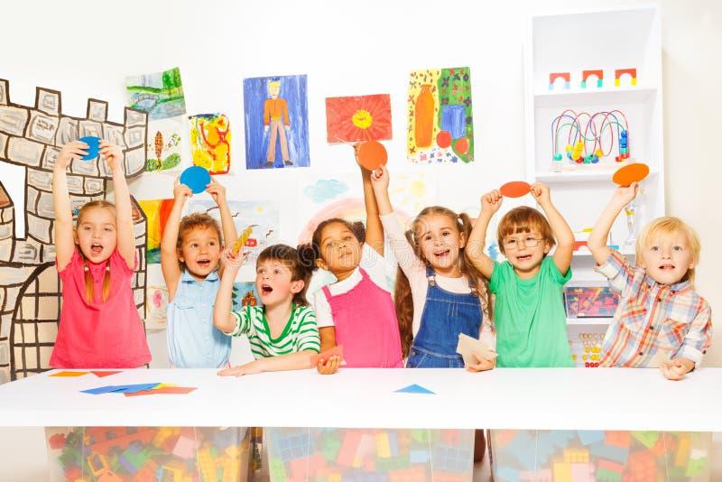 Muitas crianças na classe do jardim de infância foto de stock royalty free