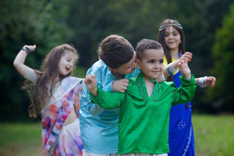Muitas crianças pequenas, meninos e meninas, vestiram-se na roupa fotografia de stock